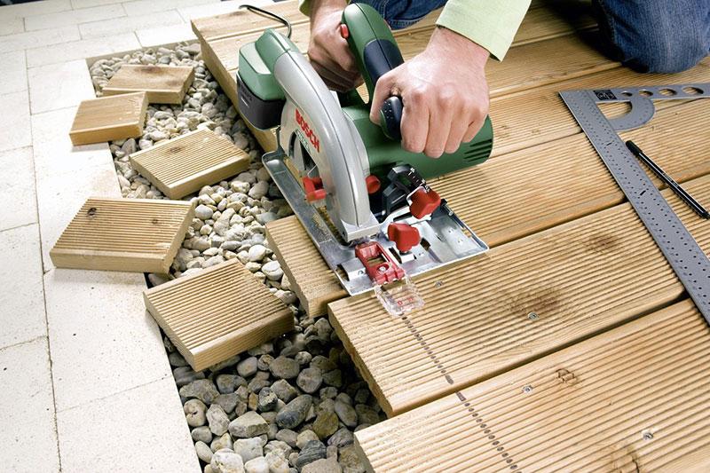 Sägen von Gartendielen mit der Bosch PKS 55 A
