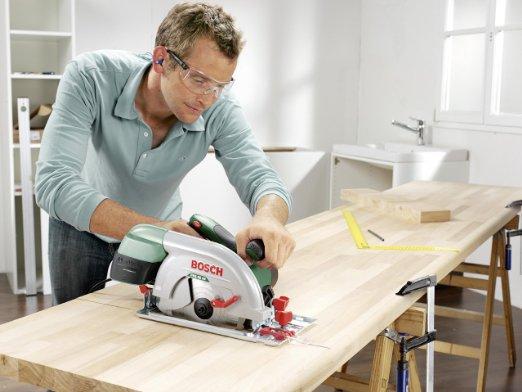 Handwerker mit der Bosch PKS 66 AF