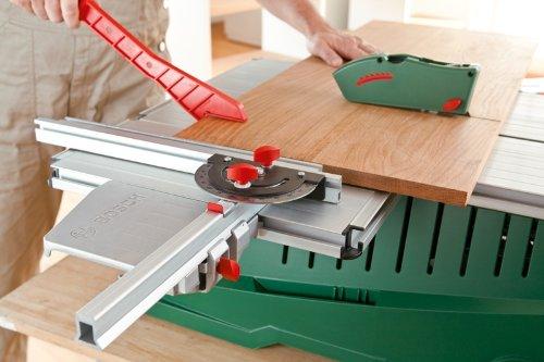 Handwerker mit der PPS 7 S Bosch Tischkreissäge