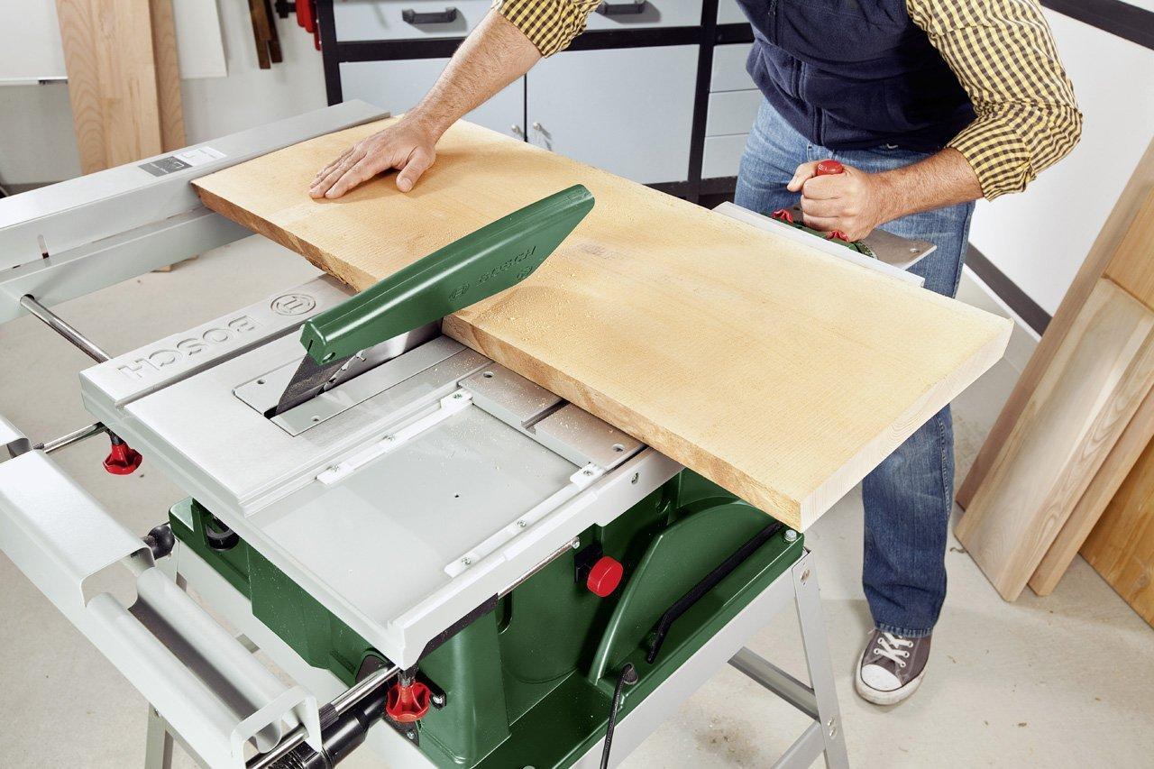 Handwerker mit der Bosch Tischkreissäge PTS 10 T