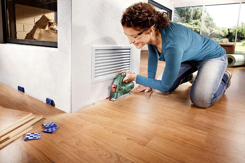 Heimwerkerin sägt Laminat mit der Bosch Mini-Kreissäge
