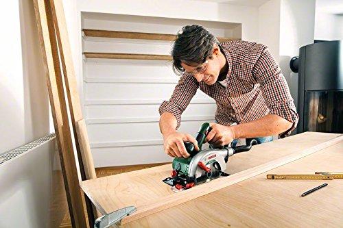 Holz sägen mit der Bosch Akku-Handkreissäge
